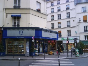 PARIGI: UNA DROGHERIA DI QUARTIERE