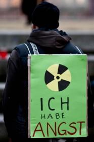 Un manifestanto con un cartello nel quale è scritto: io ho paura